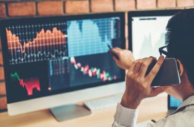 Homme devant un écran de trading